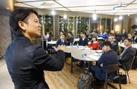 企業関係者らに「人事担当者の採用力を向上させていきたい」と意欲を示す西崎代表(左)=大阪市中央区