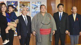 十両復帰を報告した豊ノ島関(右から3人目)=高岡市役所で