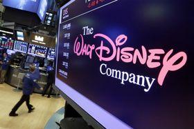 米ニューヨーク証券取引所のスクリーンに表示されたウォルト・ディズニーのロゴ=8月(AP=共同)