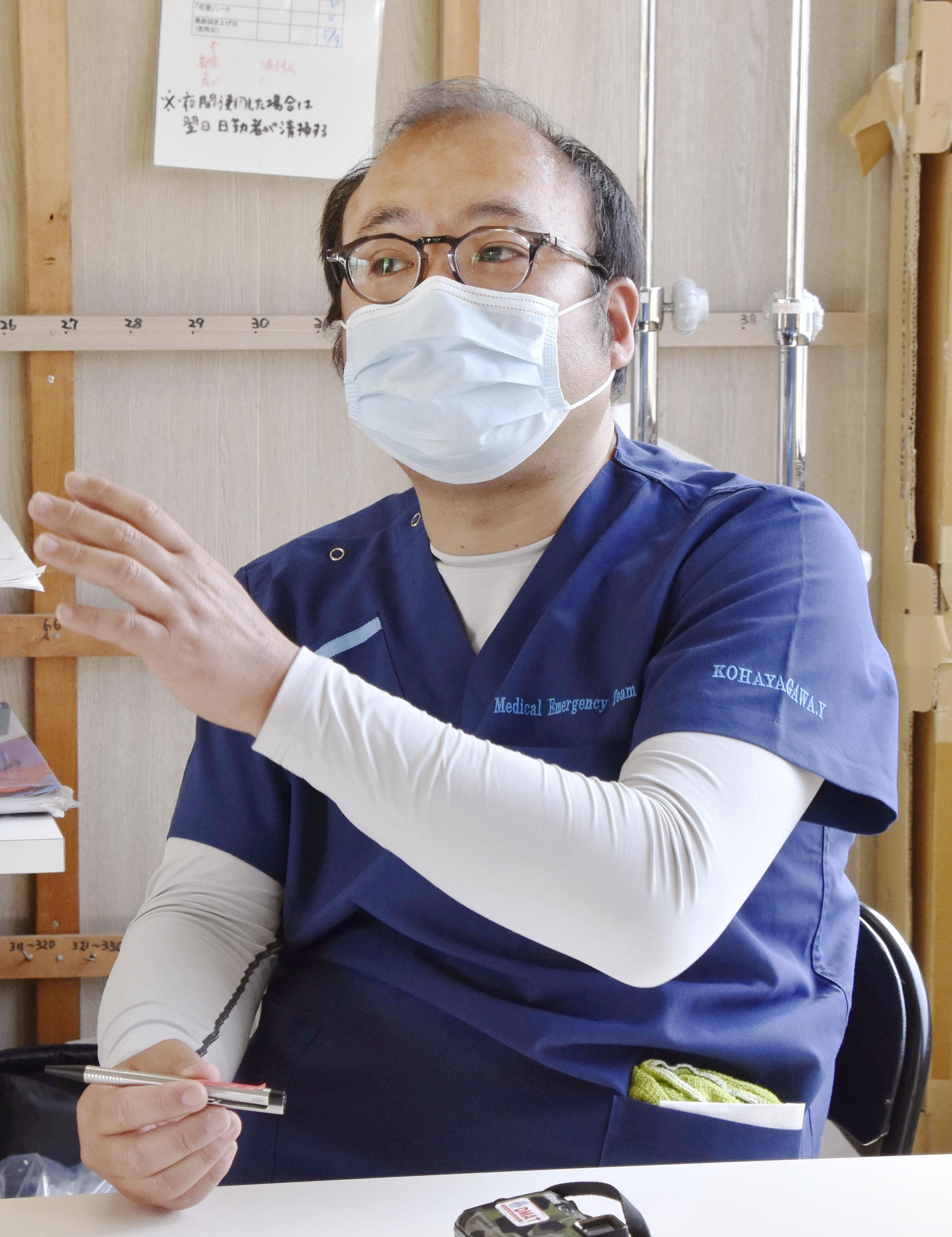 取材に応じる厚労省DMAT事務局の小早川義貴医師=19日午後、長崎市