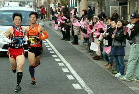 【第3日・竹田|日田】玖珠町中心部を駆け抜ける選手たち=21日午後