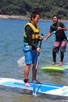 海上でSUPを体験する参加者=南島原市加津佐町、前浜海水浴場