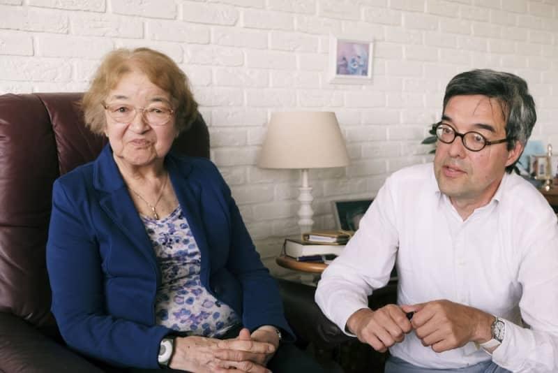 ジェラルディン・リーデックさん(左)と長男ウィムさん=9月、オランダ・ロッテルダム近郊(共同)
