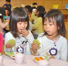 抹茶を使った不昧公蒸しパンを頬張る園児たち=松江市堂形町、市立城西幼保園