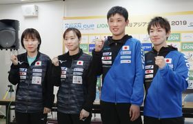 記者会見でポーズをとる(左から)平野美宇、石川佳純、張本智和、丹羽孝希=4日、横浜文化体育館