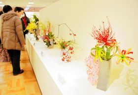 春らしい作品に見入る来場者=高松市内町、高松三越