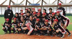 前半戦の最終試合を勝利で終え、記念撮影する選手ら=9日、島根県出雲市の出雲ドームで