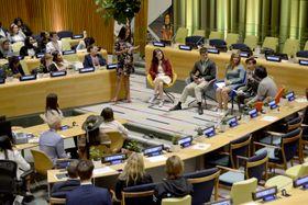 21日、米ニューヨークの国連本部で開かれた若者気候サミット(共同)
