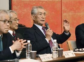 記者会見する京都大の本庶佑特別教授(右)=10日午後、京都市