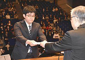 学位記を受ける山崎さん(左)