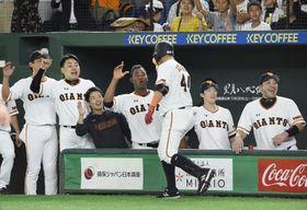 4回、2ランを放ったゲレーロ(右から3人目)を迎える巨人ナイン=東京ドーム