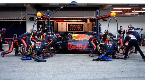 今年2月の合同テストでタイヤ交換するレッドブル・ホンダのスタッフ(C)Red Bull Content Pool