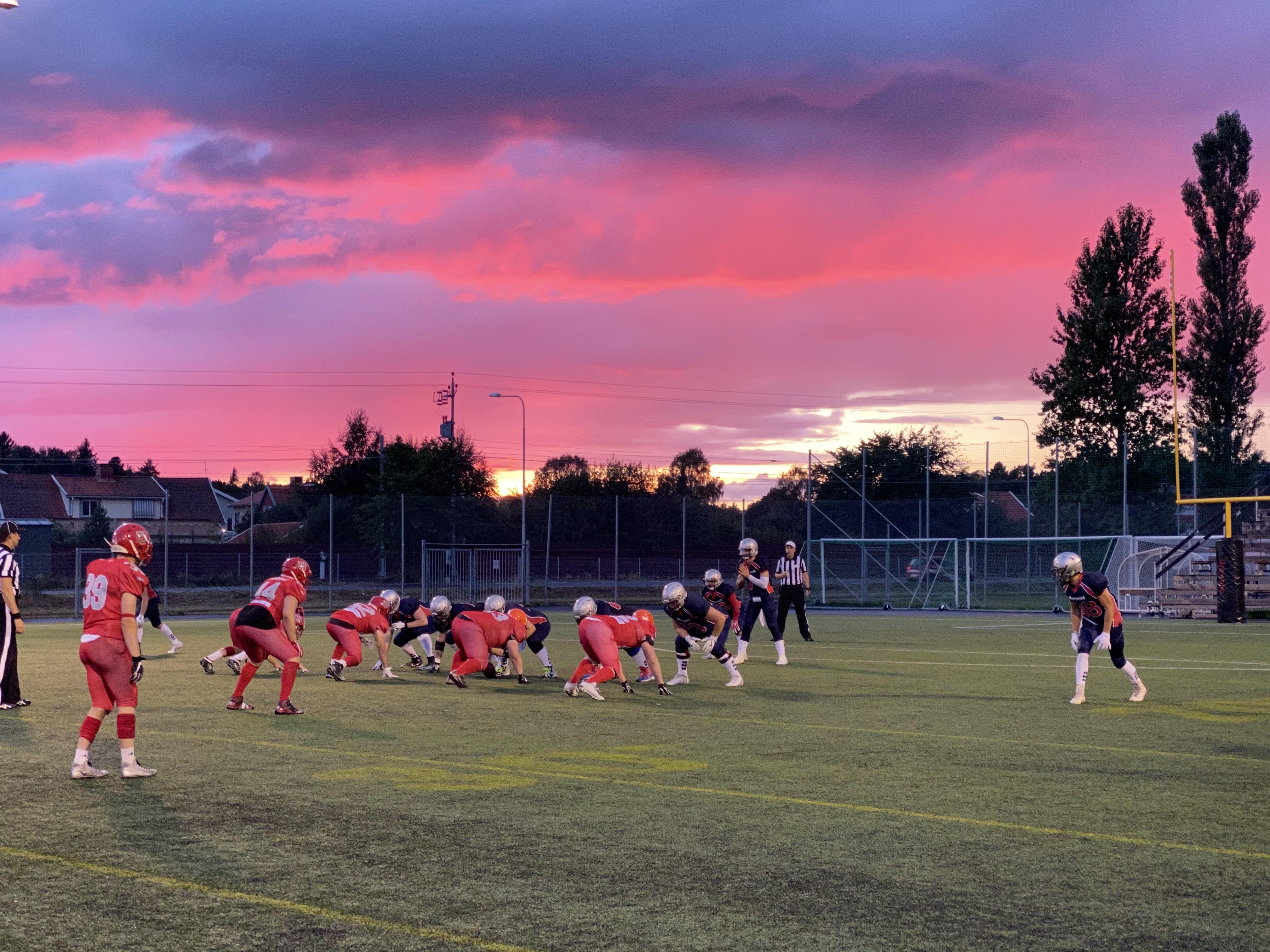 きれいな夕焼けを背景に行われたスウェーデンのリーグ戦=提供:山本慎治さん