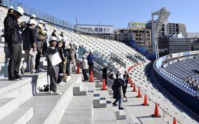 報道陣に公開された横浜スタジアムの改修工事=15日