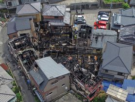 7棟を全焼、6棟の一部を焼いた火災現場=長崎市向町(小型無人機ドローンで撮影)