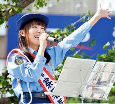 啓発曲「5ソング」を歌い、自転車乗車のマナーを呼び掛けるはたゆりこさん=所沢駅西口