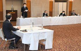 内堀知事(左)と意見交換する佐藤会長(左から2人目)