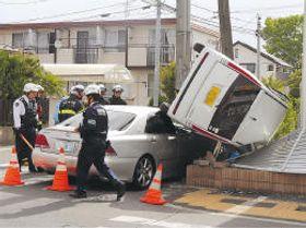 軽乗用車がアパートの塀を倒した事故現場=20日午前7時45分ごろ、仙台市若林区上飯田1丁目(画像は一部加工しています)