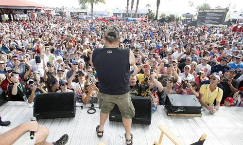 「デイトナ500」が開催される2月には毎年多くのファンがデイトナビーチを訪れる=2月23日(AP=共同)