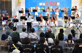 大勢の観客を前に演奏する鴨池小学校の児童=鹿児島市の県体育館