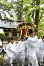 大山の開山1300年を記念する法要で、石段を厳かに進むみこし=20日、鳥取県大山町