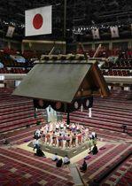 大相撲夏場所3日目、無観客の中で土俵入りする幕内力士たち。4日目以降は上限約5千人の観客を入れ実施する=11日午後、東京・両国国技館