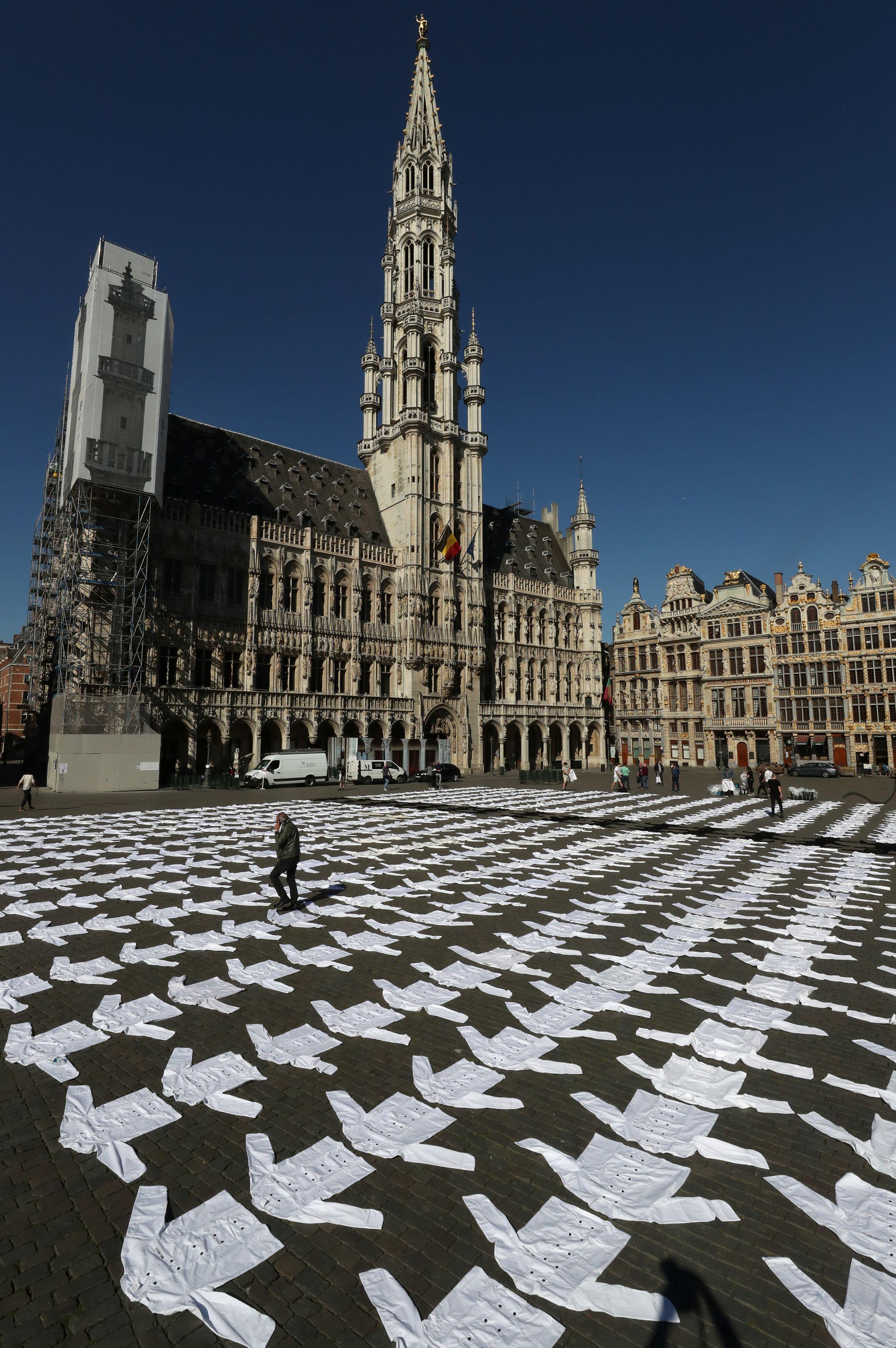 7日、ブリュッセルの広場に並べられたコック服(ロイター=共同)