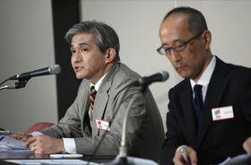 記者会見するジャパンディスプレイの菊岡稔社長(左)=13日午後、東京・日本橋兜町の東京証券取引所