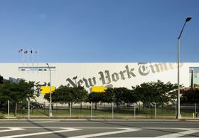 米紙ニューヨーク・タイムズの印刷配送施設=2017年9月、ニューヨーク(共同)