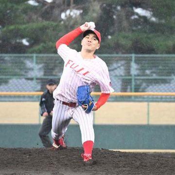 富士大-ノースアジア大 リーグ史上2人目の完全試合を達成した富士大の金村尚真=花巻球場