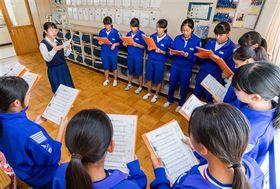 自身の歌声で中学生の合唱をリードする浜松江之島高の生徒(左奥)=浜松市南区