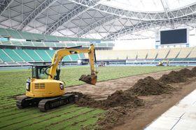ラグビーW杯大分開催に向け、昭和電工ドーム大分で芝の張り替えが始まった=19日午後、大分市横尾