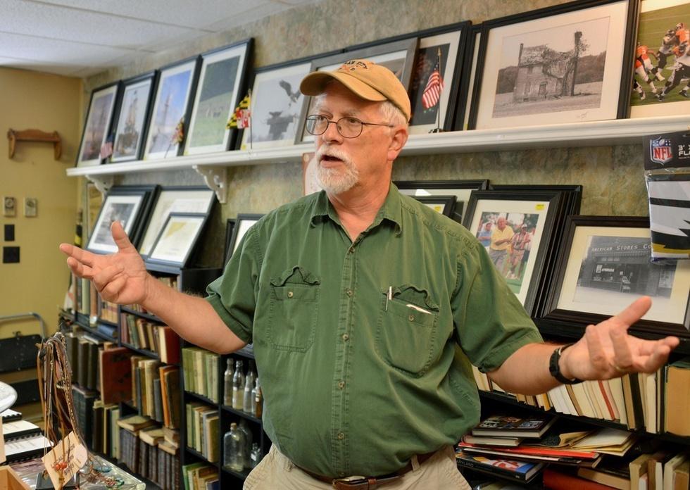 退職後に開いたアンティーク雑貨店で、地元紙の記者時代について話すケビン・ヘムストック。現在は地元の歴史の編さん作業などにも取り組んでいる=米メリーランド州ミリントン(撮影・山本慶一朗、共同)