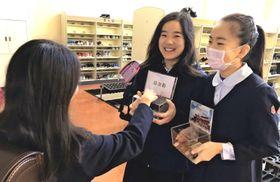 首里城再建に向け募金活動をする児童=新潟県・上越教育大学付属小学校(提供)