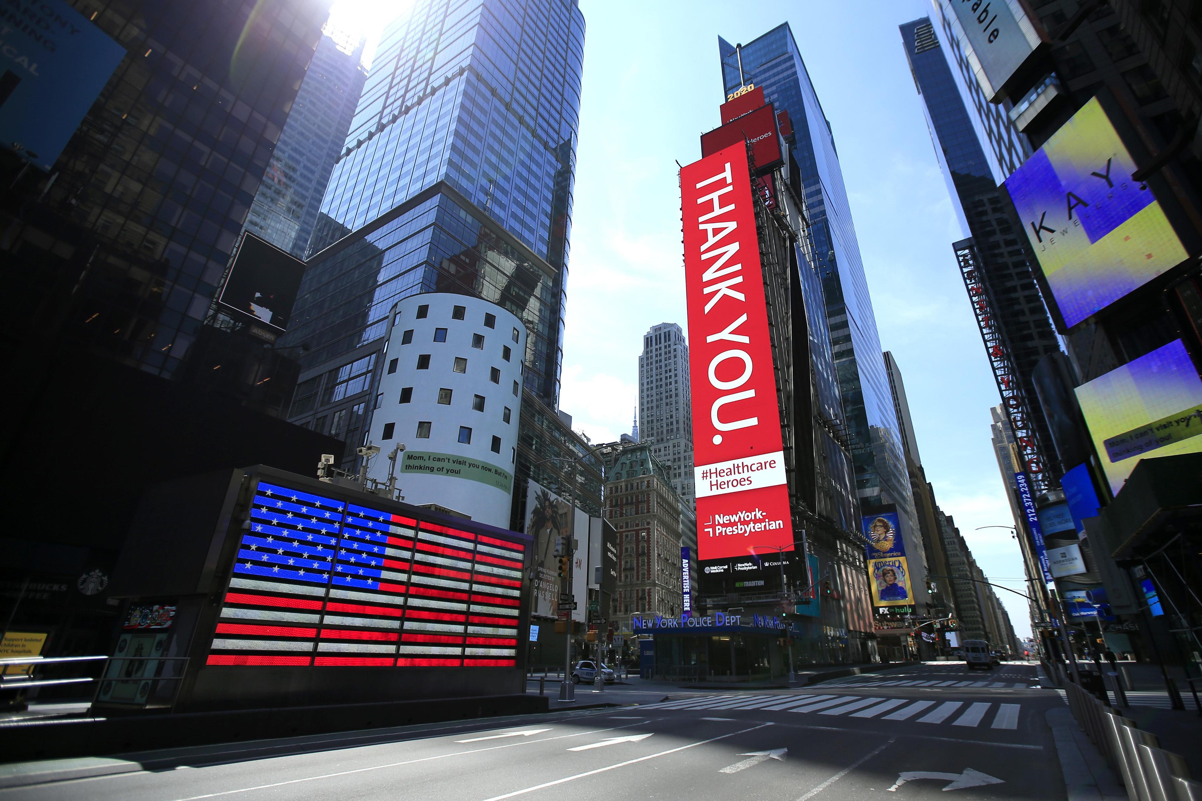 閑散とする米ニューヨークのタイムズスクエア=25日(ゲッティ=共同)