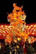 6匹の獅子がまりと戯れる様子をデザインしたメインオブジェ「瑞獅戲球」=新地町、湊公園