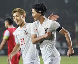 日本―タジキスタン 後半、2点目を決め、堂安(左)から祝福を受ける南野=ドゥシャンベ(共同)