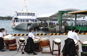 種子島鉄砲太鼓の演奏の出迎えを受ける種子屋久高速船のジェットフォイル=西之表港