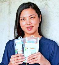 タイで販売する試作品を手に、海の環境保護を呼び掛けるジーエルイーの呉屋由希乃代表