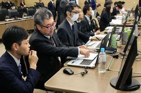 サイバー攻撃の対処訓練で、ウイルスに感染したパソコンの状態を確認する参加者=16日午前、東京都港区