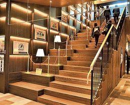 階段などに地元産のブランド木材「フジヒノキメイド」を取り入れたアスティ新富士=20日午後、富士市のJR新富士駅構内
