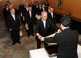 伊原木知事(手前)から勲章と勲記を贈られる受章者