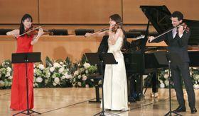 国連欧州本部でストラディバリウスを演奏する諏訪内晶子さん(左)ら=16日、スイス・ジュネーブ(共同)