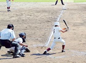 適時二塁打を放つ浜北西高の東選手=浜松市浜北区の浜北球場
