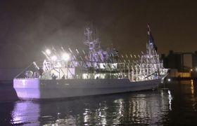 北海道釧路港から出漁するサンマ漁の大型船=20日未明