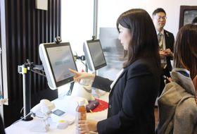 セブン―イレブン・ジャパンが開始した無人レジの実証実験=17日午後、東京都港区