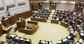 丸山穂高氏の発言を批判し、外交による領土問題の解決を目指すことを確認する決議案を全会一致で可決した北海道議会=22日午前
