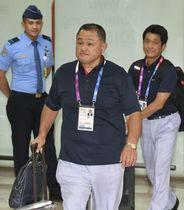 ジャカルタの空港に到着した日本選手団の山下泰裕団長(中央)ら=14日(共同)