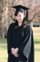 国際基督教大の卒業式を前に、写真撮影に応じられる秋篠宮家の次女佳子さま=22日午前、東京都三鷹市(代表撮影)