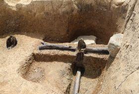 天龍寺の旧境内地で見つかった酒造りの遺構。写真右側に男柱や横木、石があり、左側は造り替える前の男柱の痕跡という(京都市右京区)